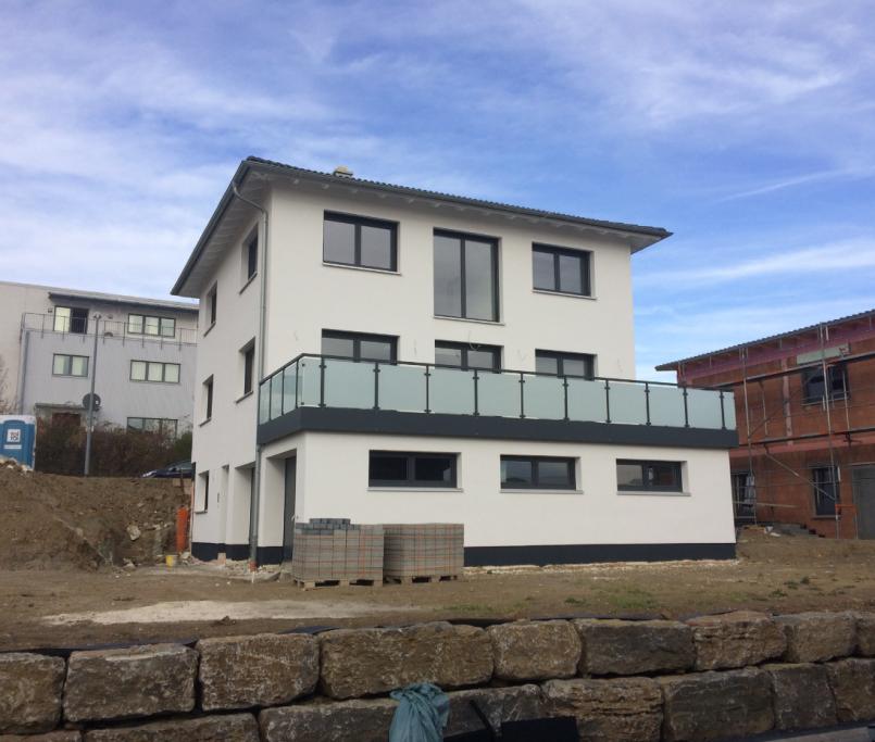 Modernes Haus mit großem Balkon/Terasse