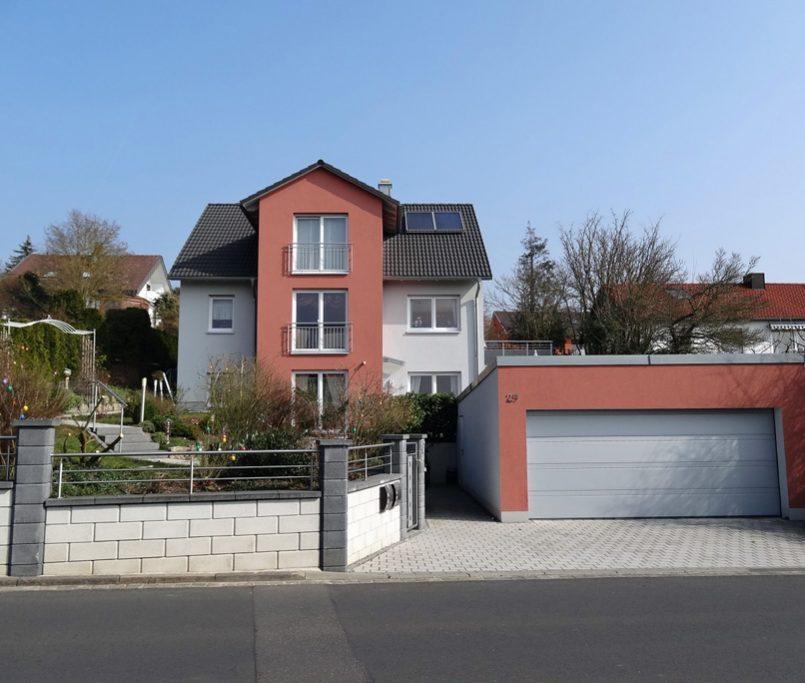 Schönes Haus mit Garage