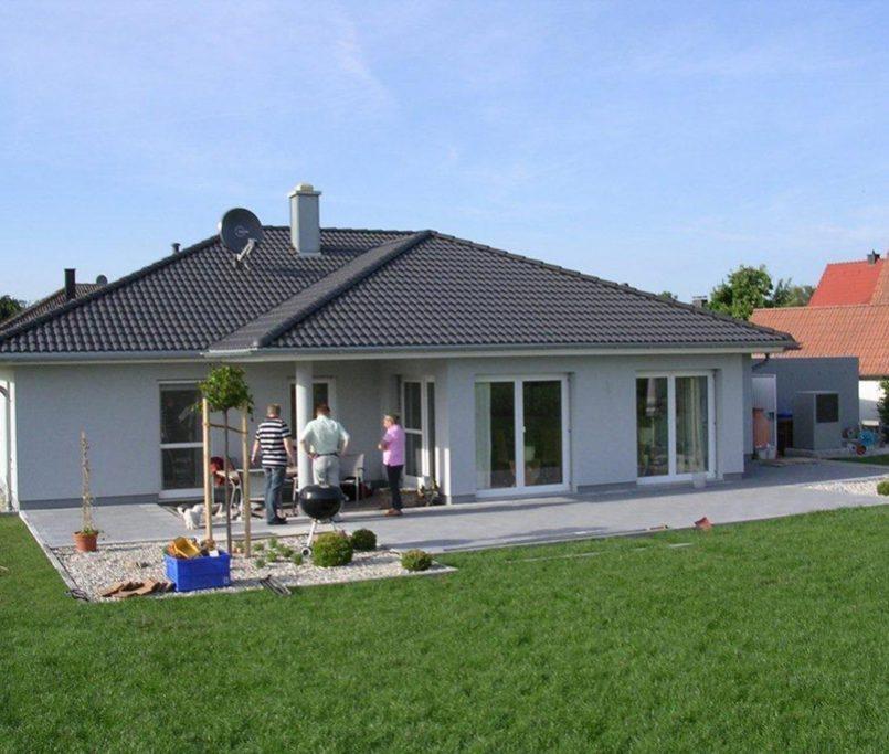 Modernes Haus mit schöner Grünfläche
